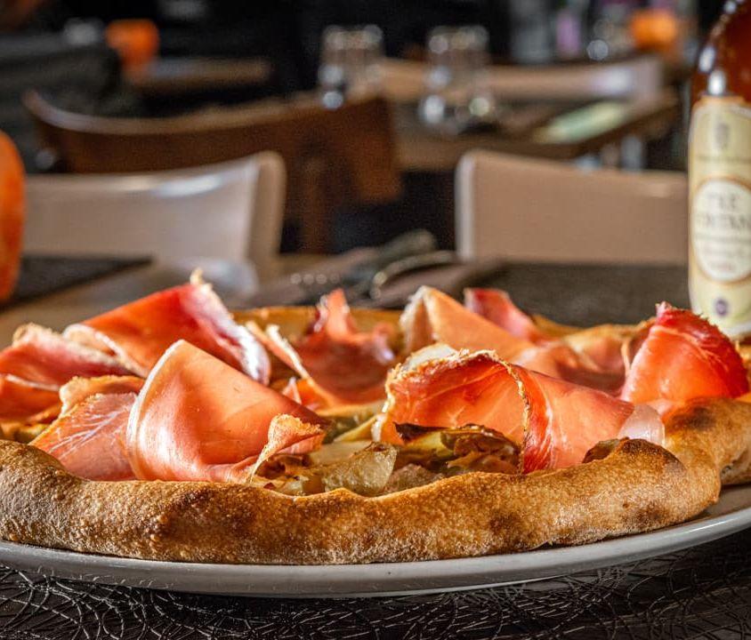 Pizza con Provola, Carciofi e Speck IGP Kofler